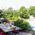 Petits-déjeuners en terrasse pour les chambres d'hôtes)