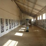 Interior de um dos galpões do Campo de Concentração do Tarrafal