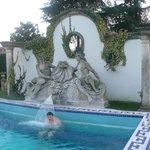 Скульптурная композиция у бассейна, подсвечивается, когда темно