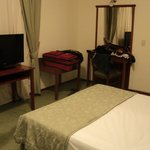 La habitación, muy cómoda y completa.