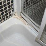 puerta de ducha rota