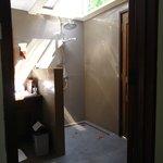 Offene Dusche mit separatem Eingang