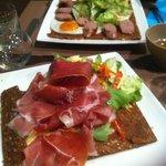 Crêpes salées délicieuses (Raclette au premier plan)
