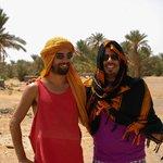 Hamid y mi colega de viaje en el entorno de la Kasbah