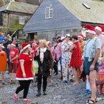 Christmas Swim in Karnevalskostümen am Hafen von Cadgwith