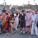 Christmas Swim am Hafen von Cadgwith: gleich stürmen sie alle ins Wasser
