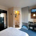 tweepersoonskamer met zicht op de badkamer