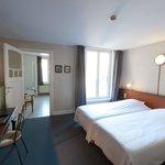 tweepersoonskamer met koerzicht en bad