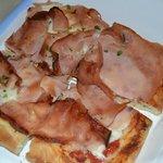 Pizza di formaggio e prosciutto