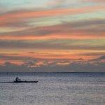 coucher de soleil et vaa'a sur la plage du fare miti