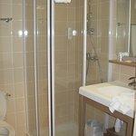 Salle de bains équipée avec sèche cheveux