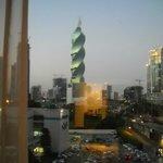 el hotel está frente al edificio denominado el tornillo