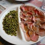 Roast beef con piselli e pancetta