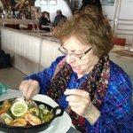 mamie devant sa paella