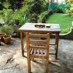 Столики в саду