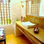 maravilhoso espaço banheiro e ducha aberto sobre jardim