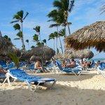 belle plage avec beaucoup de chaises et de palapas