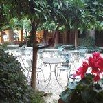 Mesas del patio (aquí se desayuna en Verano)