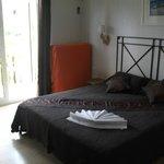 Chambre/suite à droite salle de bain et balcon donnant sur piscine/montagne/re