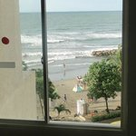 Vista desde la ventana de la habitacion a la playa
