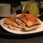 Sandwich Ave Palta, acompañado de una tetera de cranberries.