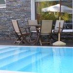 sombrillas y mesas cerca de la piscina