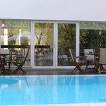 vista al restaurant desde la piscina