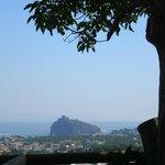 Vista sul castello aragonese da una delle stanze