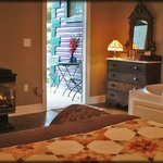 Ruby Suite with private outdoor entrance, gas-log fireplace & whirlpool Jacuzzi