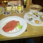 Tartar mit Zwiebel, Senf, kapern, Paprika, Cognac, Gurken, zum selbermischen.