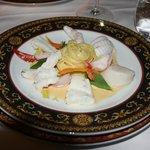 Тарелка океанской рыбы с белой лапшой и лобсторовым соусом