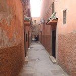 rue devant l'entrée du riad