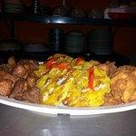 Deliciosa picadera de carne frita, masitas de pollo y tostones