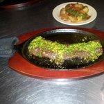 tierno y jugoso churrasco en salsa chimichurri acompanado de  deliciosa papas salteadas Al Roble