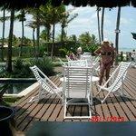 Deck entre a piscina e a praia, defronte ao bar.