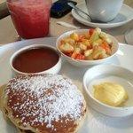 pannkakor (small stack) och vattenmelondricka