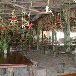Grand Anse : Petite restauration, les pieds dans le sable