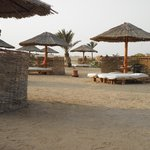 plage avec beaucoup de lit à disposition