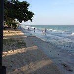 干潮時には砂浜に下りられます