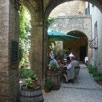 interno cortile dove mangiare