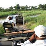 Pete im Toyota zieht einen RangeRover der Nachbarlodge aus dem Fluss