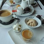 ijsverwenkoffie, met pralines, likeur, roomijs en chocolade