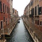 Le canal qui borde l'hotel. l'hotel est sur la gauche. (photo prise du pont)