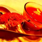 crema de tomate con feta y brocheta de langostino... cortesía de la casa