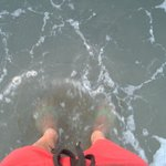 el agua del mar no es cristalina, esta sucia por la mina de carbon
