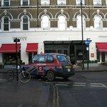 fachada con taxi