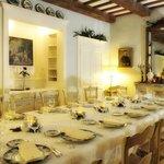 La salle à manger (mise en place pour une famille)