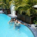 con mi familia en la piscina