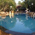 дневной вид на бассейн и ресторан