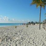 Vista de playa frente al hotel